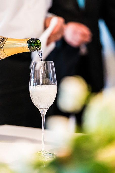 シャンパンをグラスに注ぐシーンも写真として残したい!