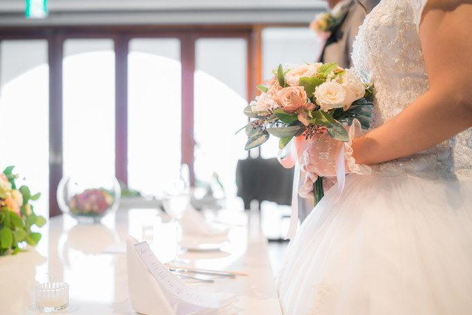 花嫁さんが持つブーケをサイドから撮りました 姿勢がいいと美しく写りますよン