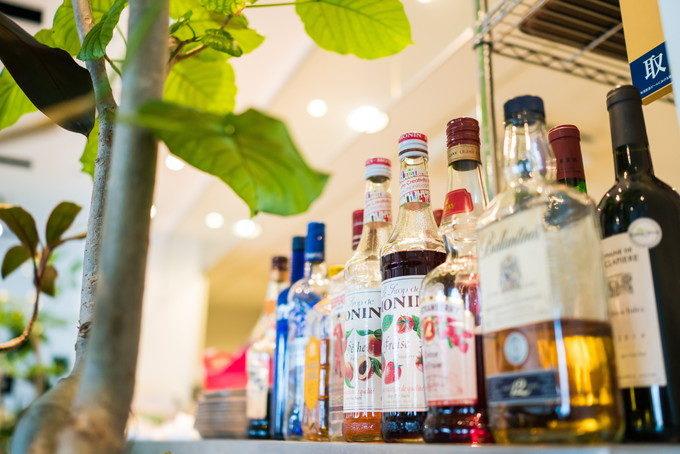 レストランのカウンターに並べられたお酒も演出アイテムの一つです