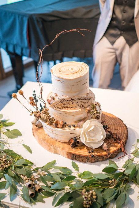 レストランシェフの創作ウェディングケーキに新郎新婦お二人で入刀します