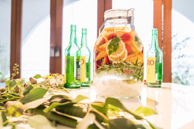 たくさんのフルーツが入った果実酒には仕上げにJINROを入れました 三重県 菰野町 アクアイグニス aquaignis 結婚式 写真 カメラマン
