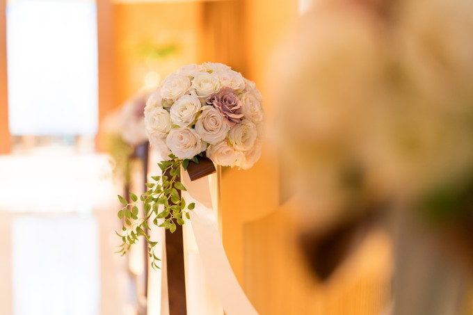 チャペルバージンロード横に飾られた玉のようなお花が可愛い!