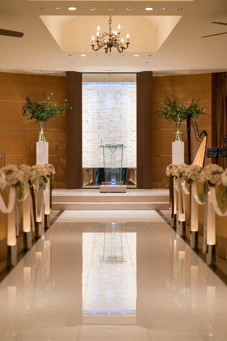 祭壇の壁には水が流れていてそのささやかな音が会場を包み込みます
