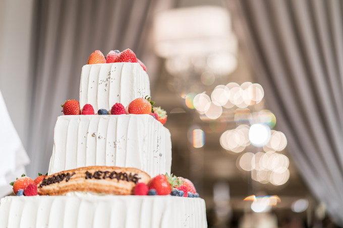 背景が綺麗だとより美しくウェディングケーキが引き立つのです