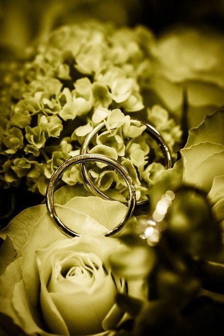 結婚指輪はお二人のとても大切なアイテムですからね 出来れば触れずに写真を撮りたいのです