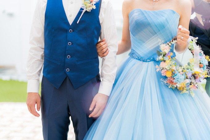 新郎さんのタキシードも花嫁ドレスとの色合いを考慮して