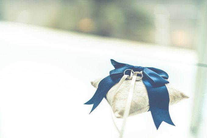 青いリボンがポイントのリングピロー