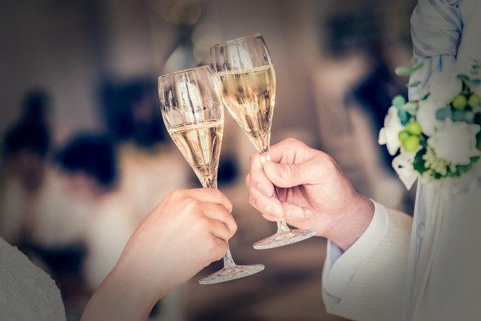 新郎新婦のお二人にグラスを合わせてもらった手元写真もオシャレ写真に