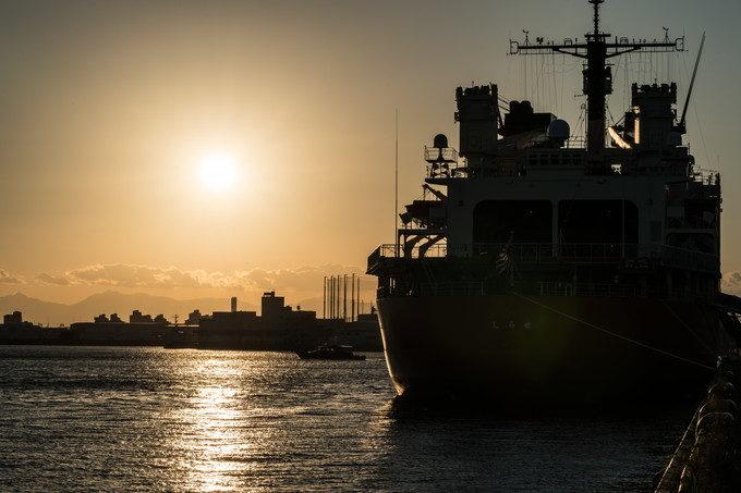名古屋港に停泊していた大型船にはオレンジ色の夕日が似合いますね あえてシルエットで
