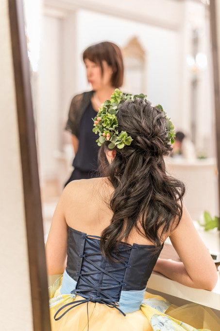 歓談中の花嫁さんのヘアースタイルを後ろから撮ります