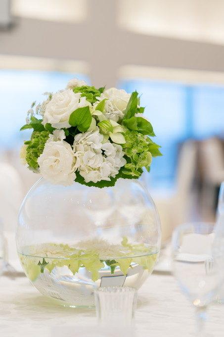 大きなガラス玉に飾られたテーブル装花がとても素敵です