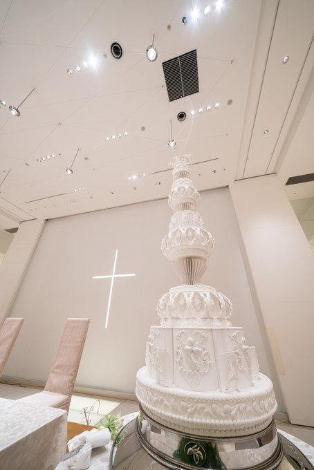 高い天井に届きそうなくらい高いウェディングケーキ!