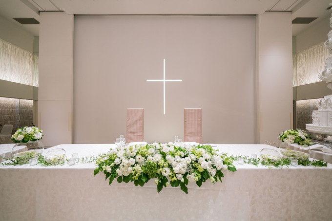 披露宴会場内でのキリスト挙式なので十字架が壁に照射されています