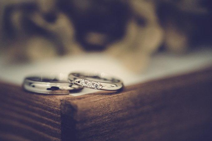 結婚指輪をピローの端っこにおいてマクロ写真を撮りました