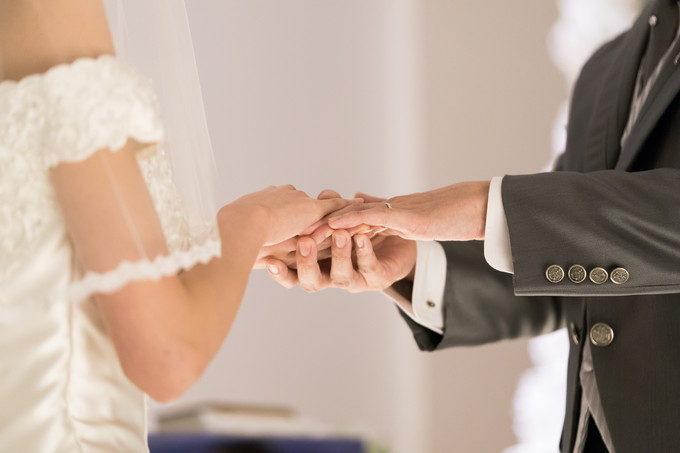 そんな結婚指輪をはめた手を重ね合わせて誓いを立てます そんな手元写真も