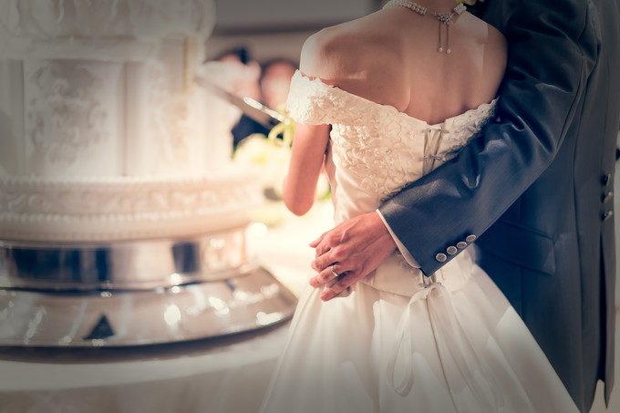 ウェディングケーキ入刀時には花嫁さんの腰を優しくエスコートしてください