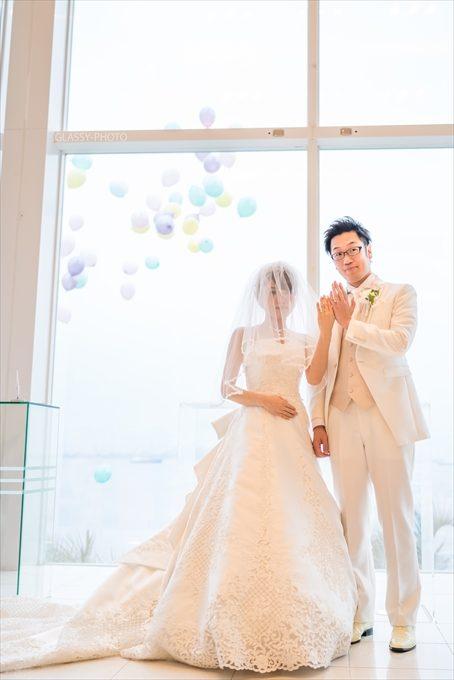 バルーンリリースを通常はガーデンにて行うのを、挙式中の結婚指輪披露時に外からあげる