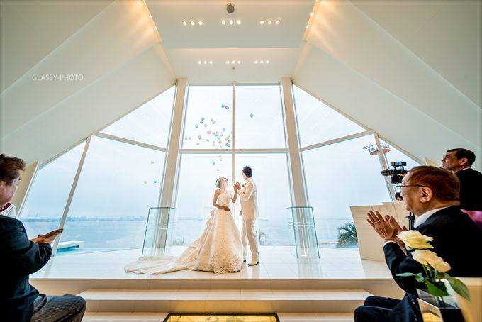 チャペルの祭壇側が海を一望できる大きな窓となっており、これが外光をたくさん取り込んでくれる