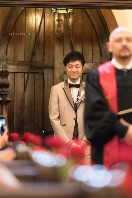新郎さんの入場は牧師さんとともに