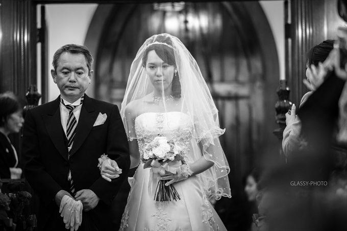神妙な表情で歩く父と娘