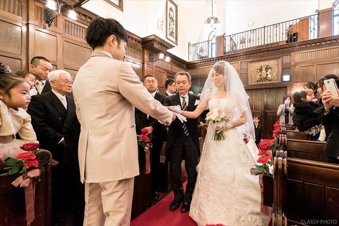 新郎に花嫁を手渡す父