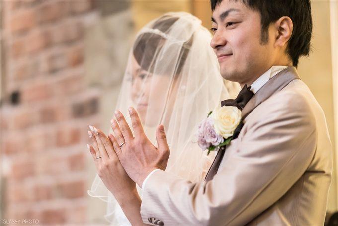 交換した結婚指輪を披露する新郎新婦