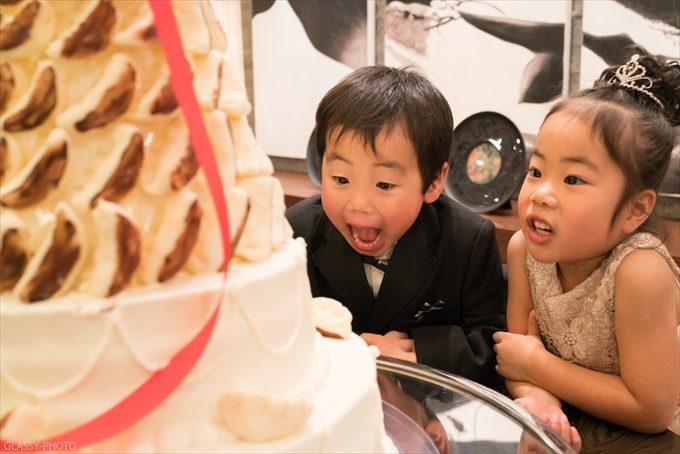 ウェディングケーキに興味津々な甥っ子姪っ子