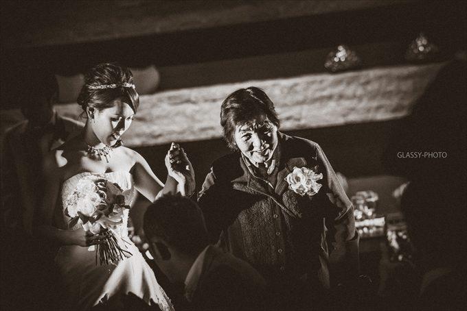 おばあちゃんと中座する花嫁