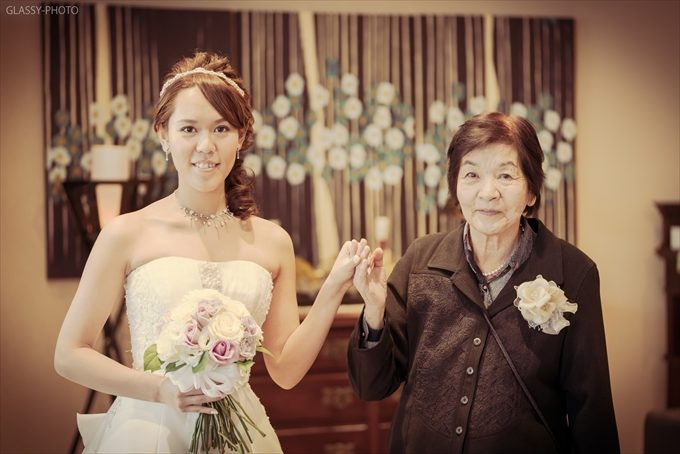 おばあちゃんと手をつないでカメラ目線の花嫁