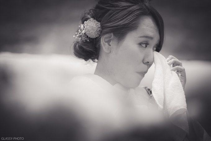 友達のスピーチに涙する花嫁
