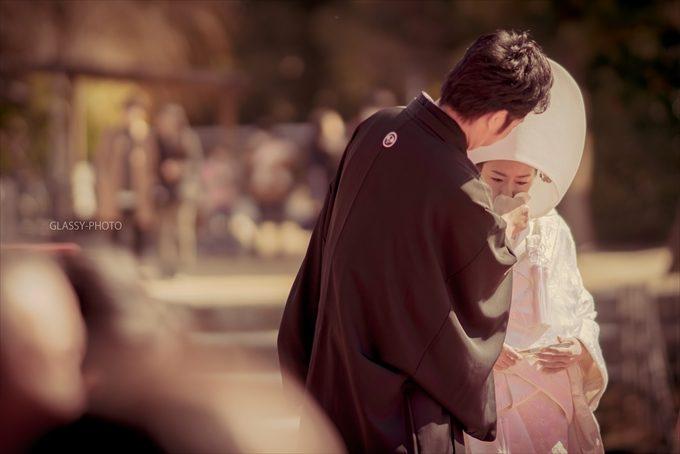 泣く花嫁を優しくフォローする新郎