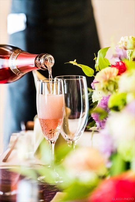 シャンパンが乾杯グラスに注がれます