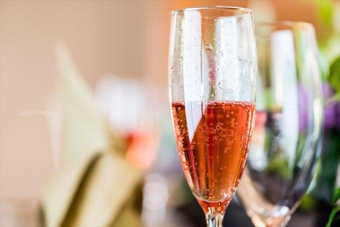 乾杯用のシャンパンがグラスに注がれます