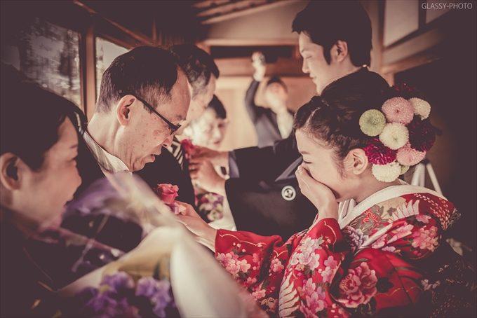 父の胸元にブートニアをさす花嫁