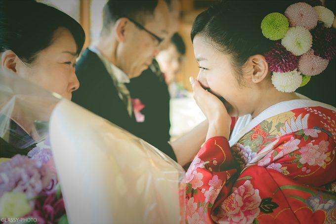 花束贈呈で涙する娘と母