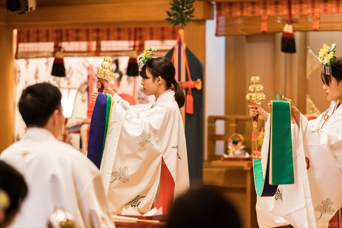 巫女さんが神楽に合わせて舞を奉納する儀式