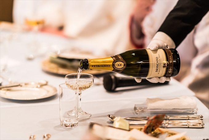 グラスにシャンパンを注いで乾杯です