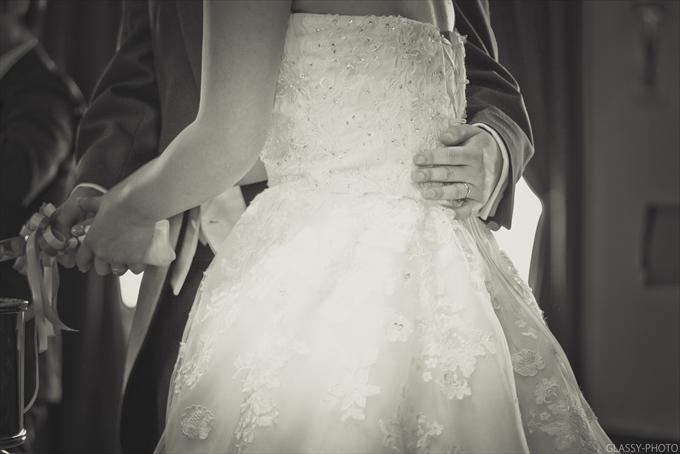 後ろに回って花嫁さんを優しくエスコートする新郎さんの手も