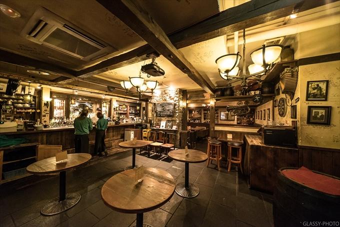 バーの店内は立食パーティ風にテーブルが置かれていました Peat IRISH TAVERN(ピート・アイリッシュタバーン) 名古屋市 名駅