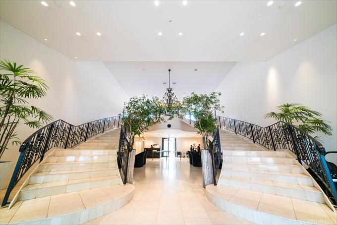 建物の中に入るとすぐに両側に大階段があります