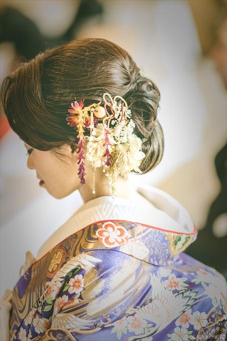 美しい花嫁さんの髪飾りや手元なども
