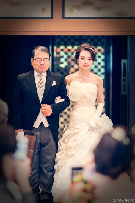 ウェディングドレスにてお父様と登場されました
