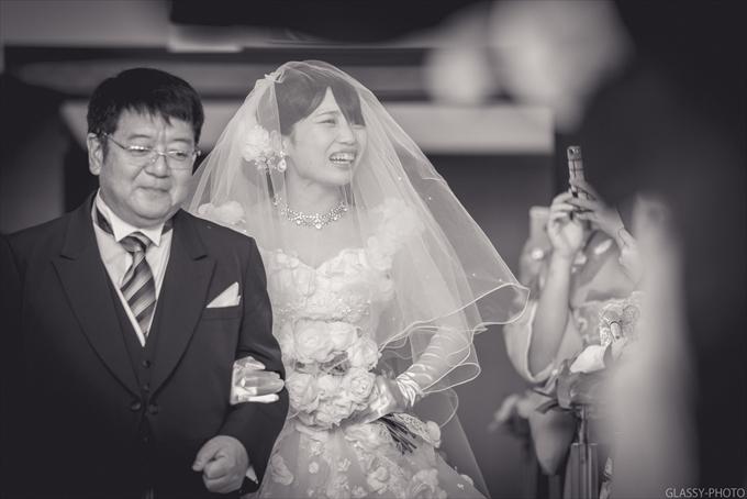 お父さんと花嫁さんがバージンロードを歩きます