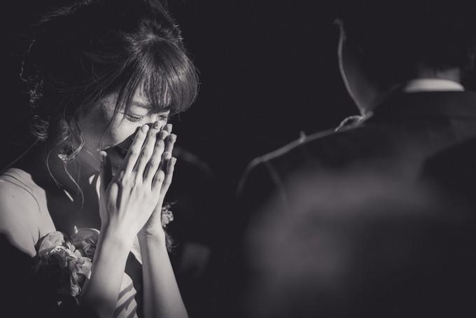 新郎さんからのサプライズメッセージに涙する花嫁さん