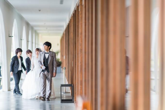新郎新婦のお二人が長い回廊を歩いてきます