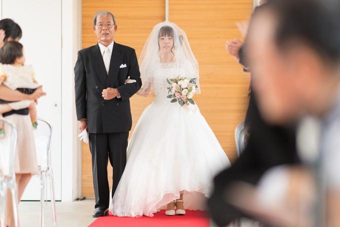 お父さんと花嫁さんがゆっくりとバージンロードを歩きます