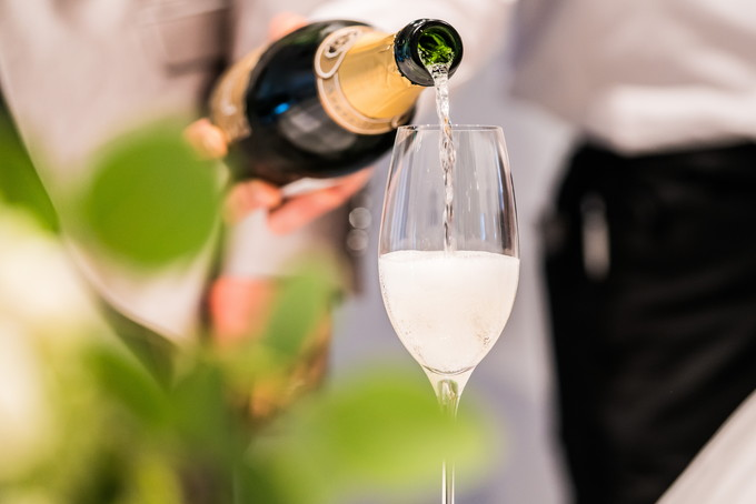 乾杯グラスにシャンパンが注がれます