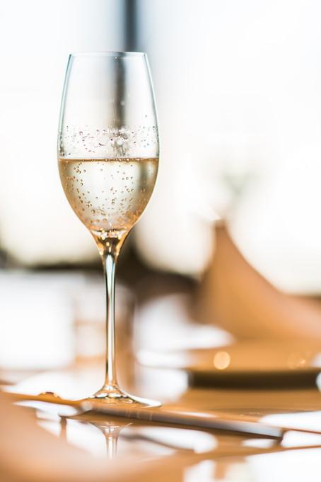 シャンパンが注がれた乾杯グラス