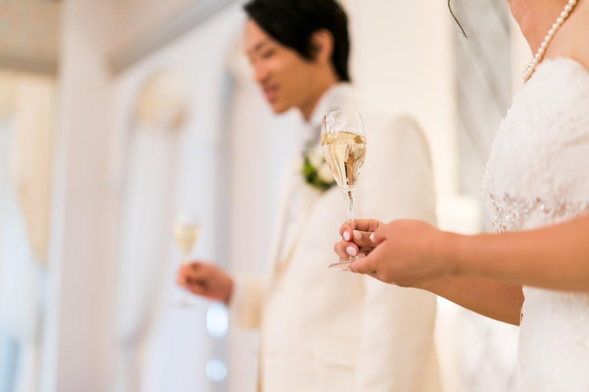 寒波グラスを持った花嫁の手元