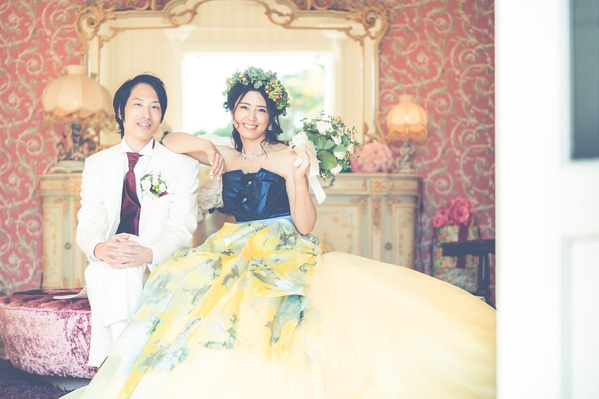 新郎さんの肩に腕をかけて笑顔の花嫁さん